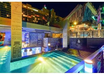 Отель Ялта-Интурист | Бассейн с водным баром Инфинити